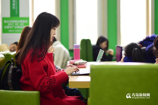 课余时间,李梦瑶就在食堂或者自习室写小说。