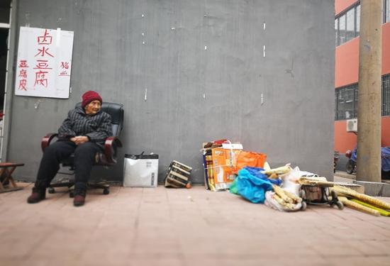 在济南闵子骞路便民菜市场西侧,有一位摆地摊的92岁老太太程花明。