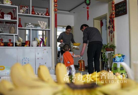 陈睿的父母开始忙碌做饭,准备过小年。