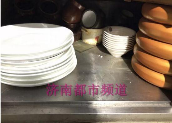 (▲已消毒的干净碗筷和未消毒清洗的碗筷放在了一起)