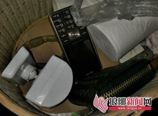 民警从嫌疑人家中搜出大量赃物。