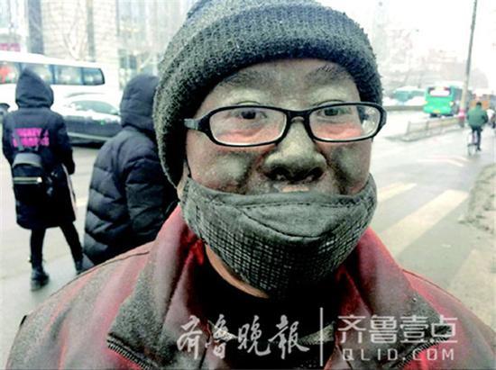 22日,大雪过后的济南,一张满身是泥的环卫工图片刷爆网络。