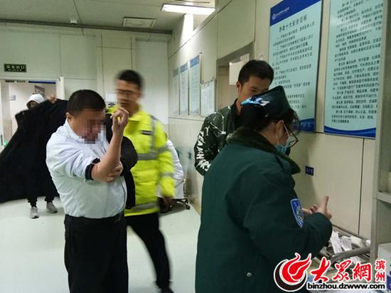 男子被带到医院抽血检测