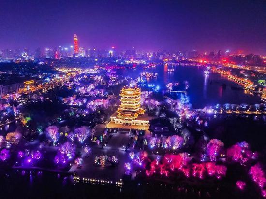 (大明湖华灯初上,从高空俯瞰济南的城市美景如画)