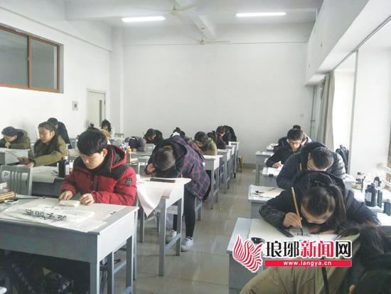 考生在书法学专业考场参加考试。