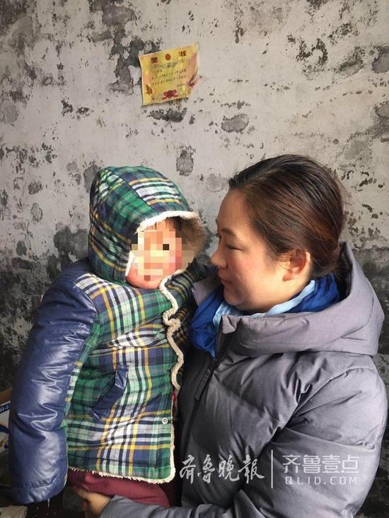 (济南红会医院工作人员给孩子换上新衣服)