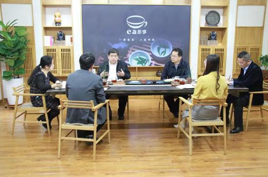 李家良与民盟滨州市委盟员进行交流