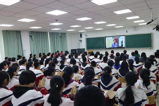 学生们通过直播平台听杨澜分享。来源:受访者供图