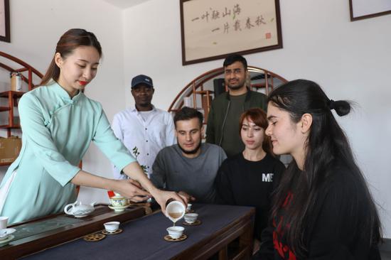 留学生在海青镇茶文化体验馆体验功夫茶 刘耀欣 摄