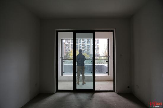 ▲黄先生在成都崔家店一小区买房,交房后发现自己拿的是跟合同不同的一套房子,疑为开发商将两套房的门牌号挂反,另一套房现已装修好入住
