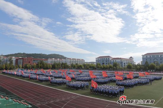英姿飒爽 山东外国语职业技术大学举行2019级新生军训总结大会