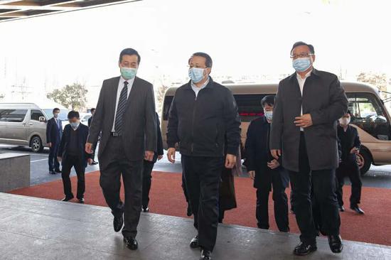任兴本董事长陪同龚正省长、孙述涛市长步入酒店大堂