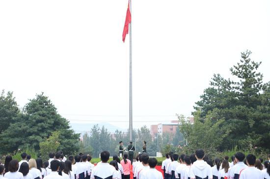 感恩国家资助 山东商职学院组织奖助学金获得者参加升旗仪式庆祝新中国成立71周年