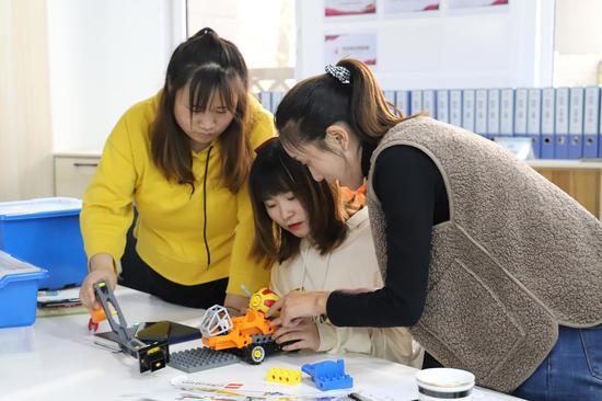 历下区百合幼教集团进行玩教具教研活动