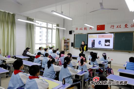 该校志愿者为日照市东港区第五小学学生上课后服务课