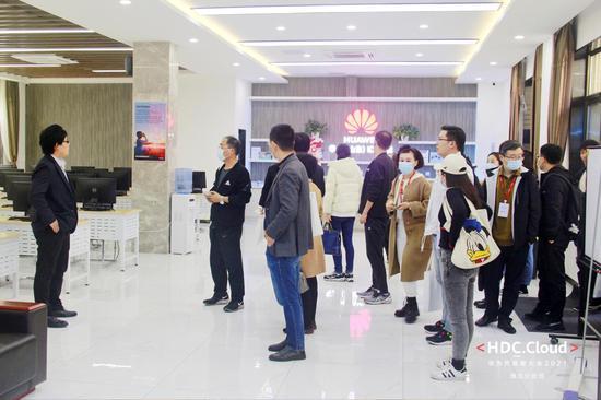 参会企业家及高校代表参观华为(山东)ICT学院