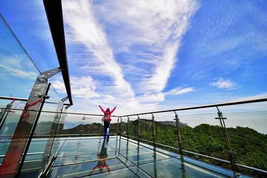 """还有,塔山玻璃观景平台,亦可360度体验天蒙的奇、秀、险,慢享""""人在画中游""""的绝妙意境。"""