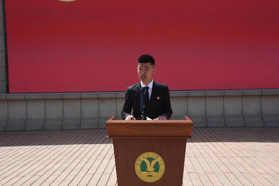 入团介绍人代表李龙豪同学宣读《团章》