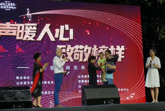 歌曲《梦中的眷恋》作品中的原型  济南市疾病预防控制中心 赵宝添和爱人 孩子  同歌曲作者王春燕为大家讲述作品中的故事