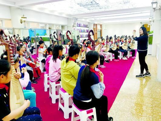 □记者 肖芳 报道  青岛市南区实验小学学生课后参加民乐社团活动。