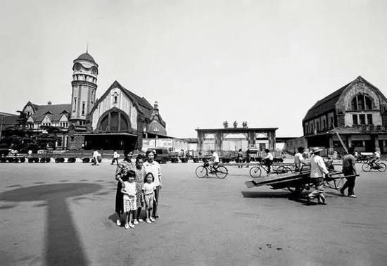 一家人在即将拆除的老火车站门前留影(《匆匆过客》,摄影/薛尧)