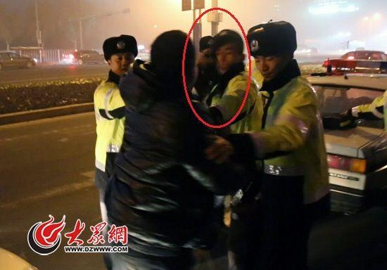 酒司机被查同车男子大闹 装病袭警被喷催泪剂
