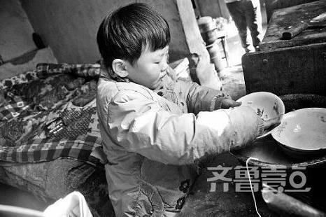 聊城单亲五岁女孩照顾残疾父亲 刷锅洗碗还陪他遛弯