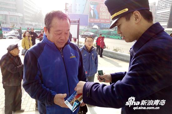 12月16日获悉,山东省内首条地铁线路——青岛地铁3号线北段将于今天上午11点开通试运营,届时北段10个车站将同时打开,市民可就近选择站点乘车。
