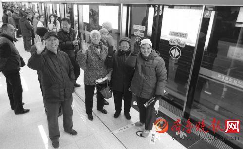 青岛地铁3号线北段开通首日,众多青岛市民来尝鲜。齐鲁晚报记者张晓鹏摄