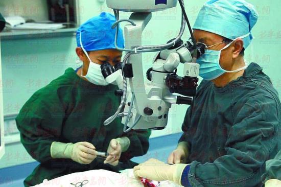 谢院士(右)在进行生物工程角膜移植手术。