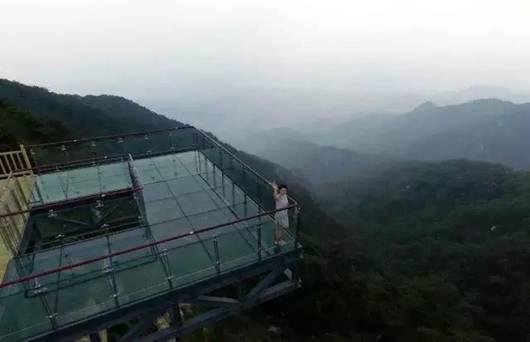 世界第一人行悬索桥   为双塔单跨吊悬索桥,桥跨布置38+420+47.5米,全长505.5米、主跨420米,为世界最长、跨度最大的人行索桥。大桥主梁宽4米、人行道宽2.4米,桥面距离谷底的高度为143米,宽跨比1:120。