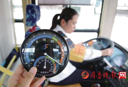 29日午后,陈景香在50℃的公交车厢内开车。本报记者孟燕实习生姜珊摄