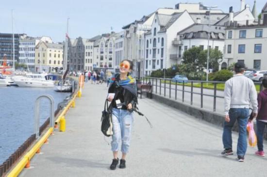 走在挪威的街道上。
