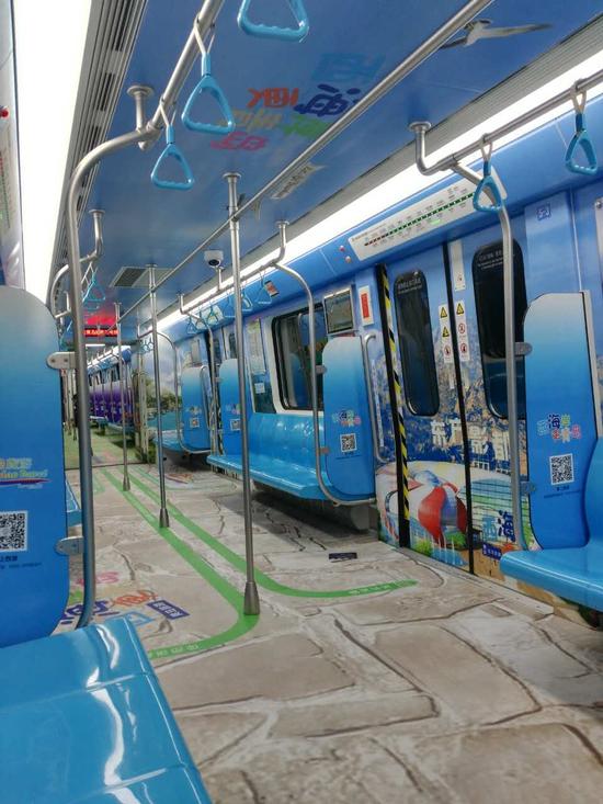 去年12月,山东首条地铁线路青岛地铁3号线全线通车运营,引起了社会各界的广泛关注。为借势加大宣传,提升西海岸旅游对外影响力和吸引力,青岛西海岸新区(黄岛区)旅游局通过招投标采购并通过彩色3D全景内包车的形式进行包装,正式推出青岛西海岸旅游形象青岛地铁专列。据介绍,此次西海岸旅游地铁专列是一种新型的列车宣传,经过创意设计和包装的列车从外表上看起来与其它列车别无二样,但内部却别有洞天,堪称惊艳,列车全部6节车厢内的地面、车顶及两侧全部进行彩色立体包装,每节车厢一个主题并通过黄岛旅游相关元素进行展现,画
