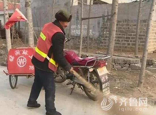 早晨七点半李大爷就扛起了扫帚开始打扫村里的卫生