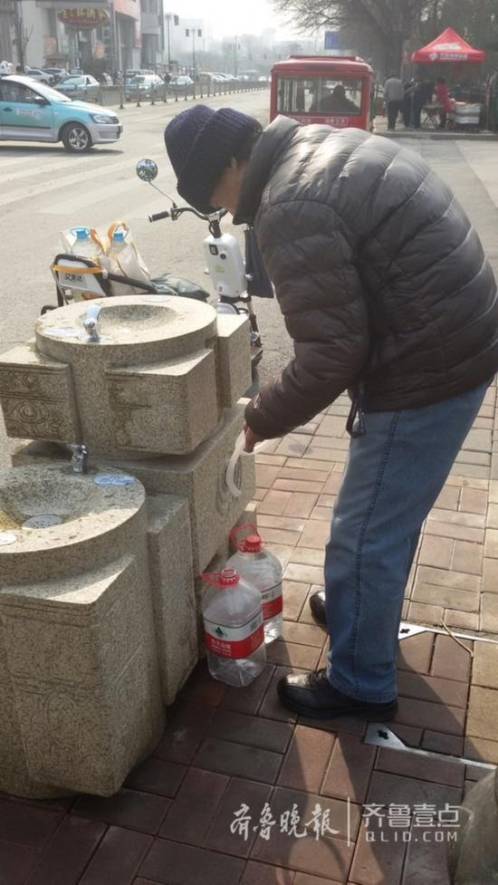 大批的市民使用大桶