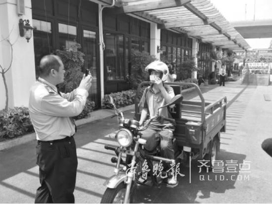 5月11日,一名快递小哥在进行科目三考试。记者 张泰来 摄