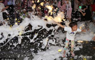 潍坊街头泡泡派对 市民享受清凉