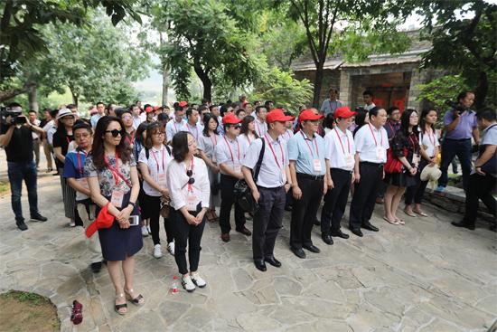 """6月29日下午,参加""""2017北京网络媒体红色故土行""""活动的代表团成员们来到沂蒙红嫂纪念馆参观。"""