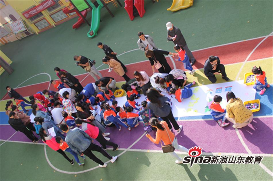 """迎国庆""""庆祝活动,大班小朋友用绘画,手工制作等形式庆祝祖国68周年的"""
