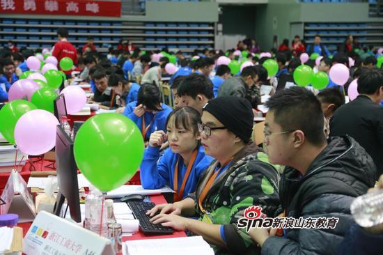 第42届ACM国际大学生程序设计竞赛亚洲区域赛(青岛)在石大举行 王大勇摄影 (2)