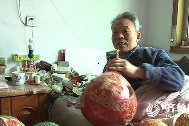 淄博老人瘫痪在床36年 自学葫芦雕刻鸡蛋上作画