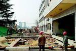 两百吨大楼5个半小时挪动6米 泰安首栋大楼成功平移