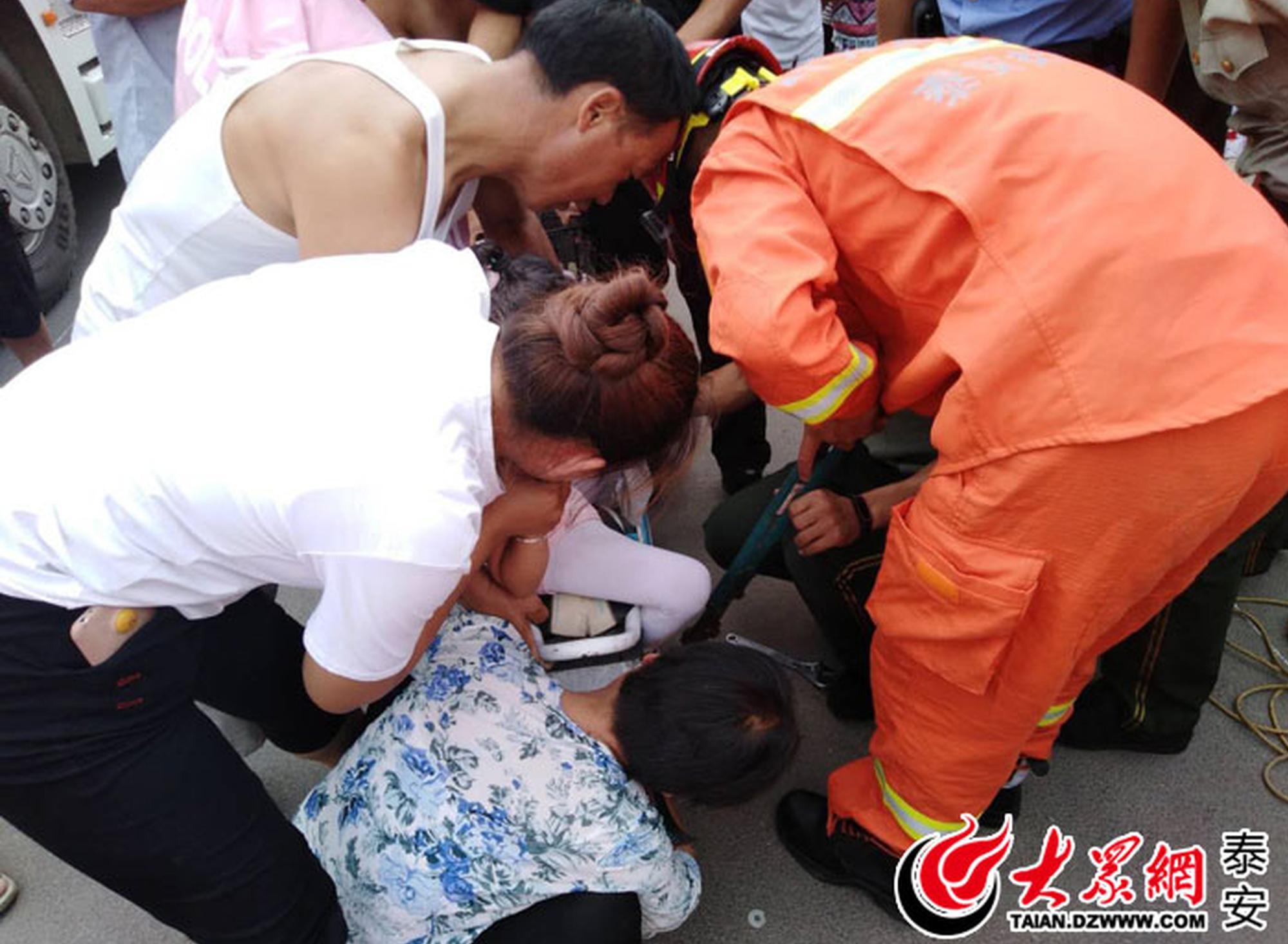 小女孩脚被电动车后轮卡住 泰安消防8分钟救援