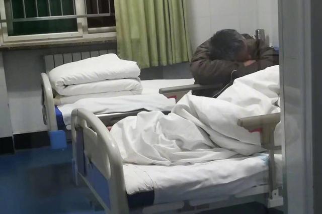 50岁男子彻夜陪护老父亲 护士随手拍的两张照片暖人心
