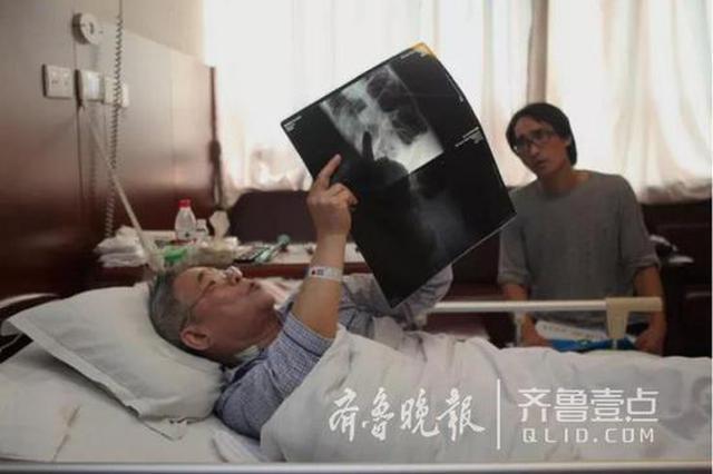 医者仁心 济南年近八旬老专家躺病床上问诊