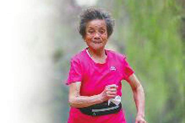 """济南84岁""""马拉松老太""""每天跑12公里 拿过7枚奖牌"""