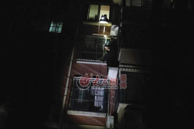 淄博女子深夜跳楼轻生 邻居徒手爬楼踩窗外抱举2小时救人