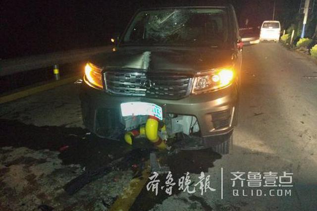 济南卧虎山水库环湖路一越野车撞上隔离桩