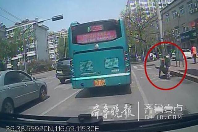 济南街头老人摔倒站不起来 公交驾驶员停车扶起